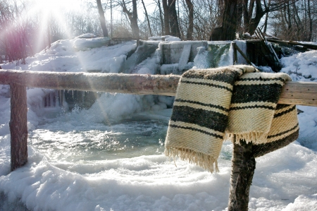Photo pour Frozen Romanian traditional stream whirlpool with a drying blanket - image libre de droit