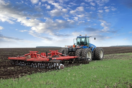 Photo pour agricultural work plowing land on a powerful tractor - image libre de droit