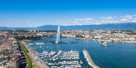 Photo pour Aerial view of Leman lake -  Geneva city in Switzerland - image libre de droit