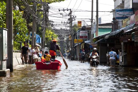 People who live in the area. Square, Lat Phrao, Bangkok, has a high flood. Thai people have a difficult journey. And water continues to flow into the city without stopping.