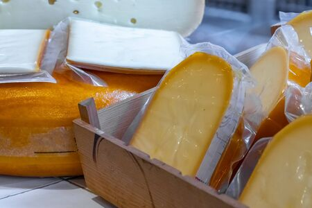 Photo pour Various Holland cheese on in diary production market. Food. - image libre de droit