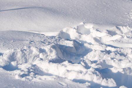 Foto de footprints in the snow, the sun is reflected in the snow, winter - Imagen libre de derechos