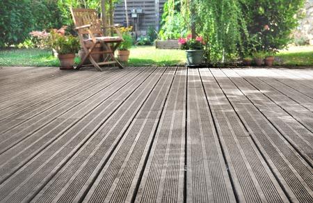 Photo pour slats of a wooden terrace overlooking garden - image libre de droit
