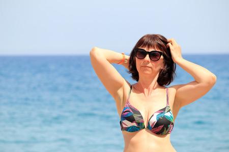 Photo pour woman on the sea beach - image libre de droit