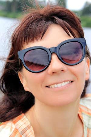 Photo pour Portrait of a woman in sunglasses - image libre de droit