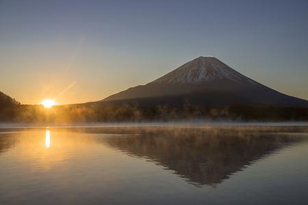 Photo pour Lake Shoji-Ko and Mt. Fuji - image libre de droit