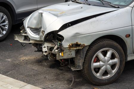 Photo pour The front part of a grey passenger car damaged in an accident or traffic accident. Broken-down car, insurance payments. Disposal of damaged cars. Repair of machines. - image libre de droit