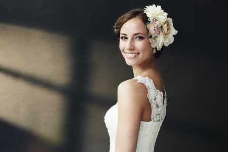 Foto de Glamorous young bride in wedding dress, smiling - Imagen libre de derechos