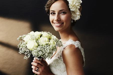 Photo pour Stunning young bride holding bouquet, portrait - image libre de droit