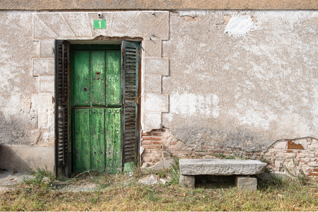 Photo pour Old wooden door belonging to housing located in country village - image libre de droit
