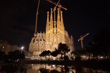 Foto de Basilica of La Sagrada Familia at night in Barcelona - Imagen libre de derechos