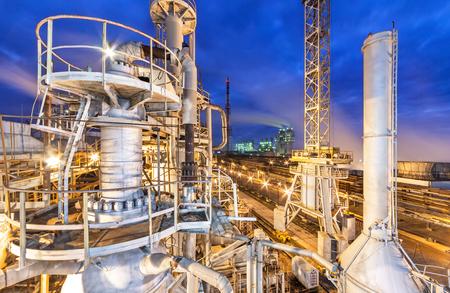 Foto de Chemical plant for production of ammonia and nitrogen fertilization on night time. - Imagen libre de derechos