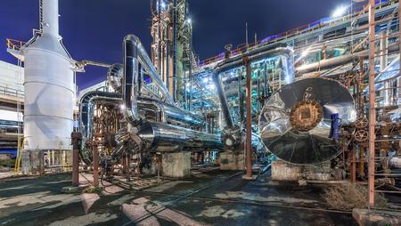 Photo pour Chemical plant for production of ammonia and nitrogen fertilization on night time. - image libre de droit