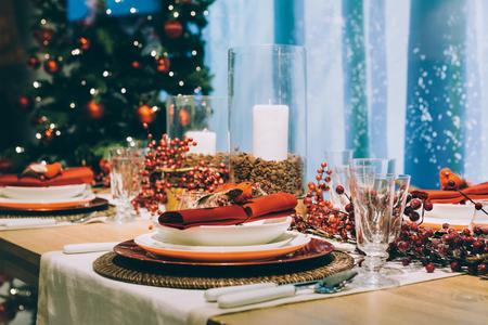 Foto de Festive place setting table, next to the Christmas tree - Imagen libre de derechos