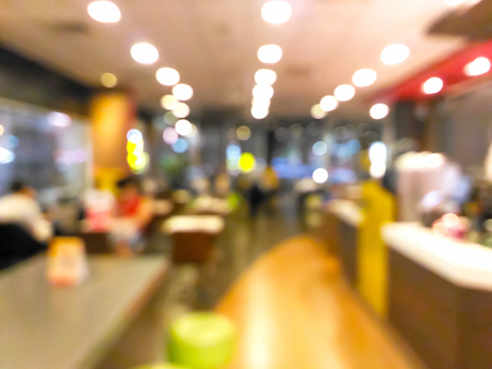 Photo pour Blurred people dinning in the restaurant - image libre de droit
