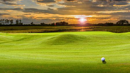 Foto de golf ball on green. - Imagen libre de derechos