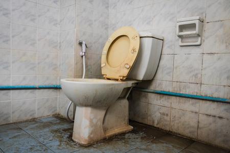 Photo pour close up dirty flush toilet in house. - image libre de droit