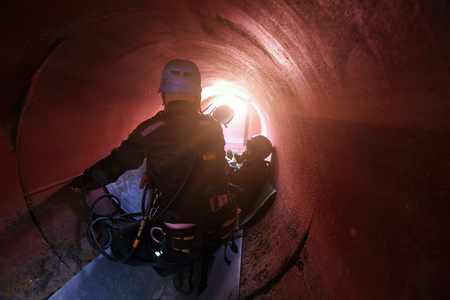 Photo pour Rescue helping injured team in confined space . - image libre de droit
