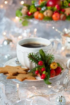 Photo pour Coffee and Christmas cookies with decor - image libre de droit