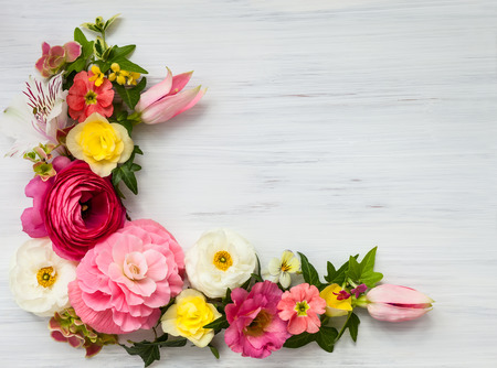 Photo pour Flowers frame on white wooden background. Top view with copy space - image libre de droit