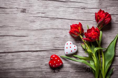 Foto de Valentines Day background with hearts and red tulips - Imagen libre de derechos