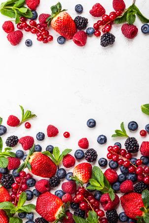 Photo pour Various fresh summer berries. Top view - image libre de droit