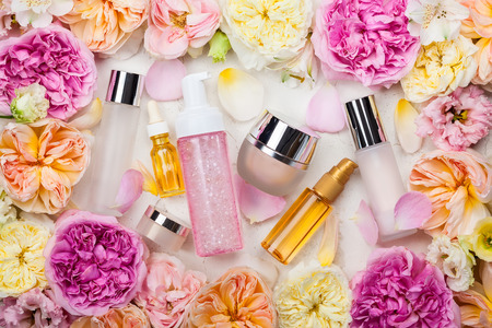 Photo pour Overhead view of cosmetic set and flowers - image libre de droit