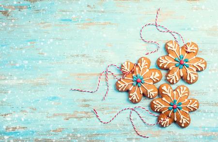 Photo pour Gingerbread snowflakes for Christmas on a blue wooden background - image libre de droit
