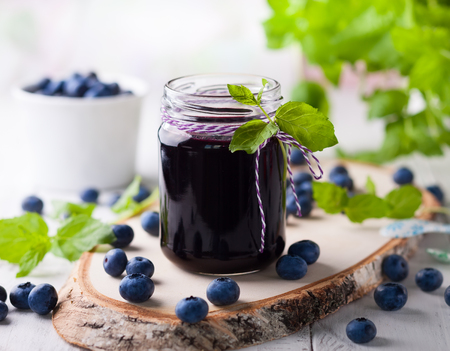 Photo pour Blueberry homemade jam in glass jar and fresh berries - image libre de droit