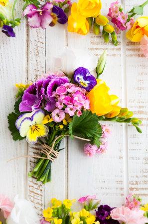 Photo pour Beautiful bunch of flowers on the wooden table - image libre de droit