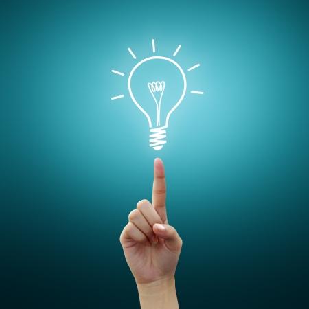 Photo pour Bulb light on women Fingertip  - image libre de droit