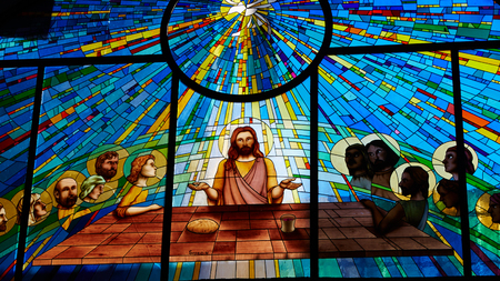 Foto de Sorrento, Italy - November 8, 2013: Stained glass window depicting Jesus and the twelve apostles on maundy thursday at the Last Supper in the cathedral - Imagen libre de derechos