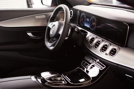 Foto de Luxury car Interior. Steering wheel and dashboard - Imagen libre de derechos