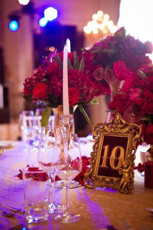 Foto für The wedding vintage table with red bouquet. - Lizenzfreies Bild