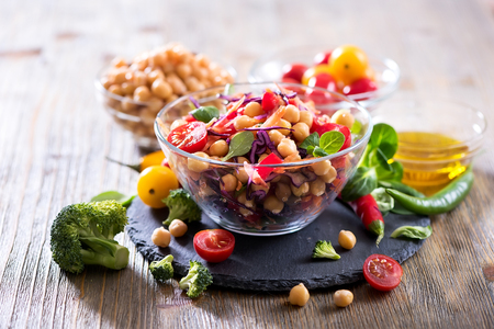 Foto de Healthy homemade chickpea and veggies salad, diet, vegetarian, vegan food, vitamin snack - Imagen libre de derechos