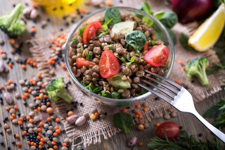 Photo pour Lentil salad with veggies, healthy food, vegetarian and vegan snack, clean eating, diet, detox - image libre de droit