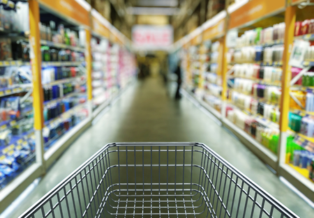 Foto de Empty shopping cart in supermarket store interior - retail and shopping concept - Imagen libre de derechos