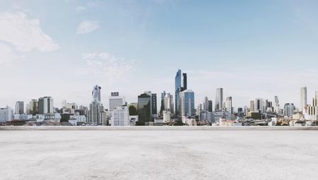 Foto de Panoramic city view with empty concrete floor - Imagen libre de derechos