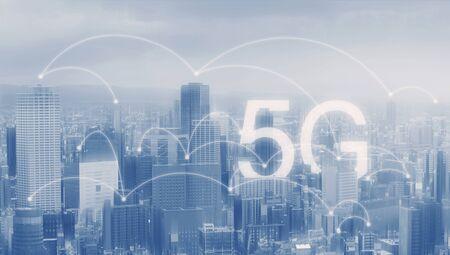Foto de 5G wireless internet technology in the city - Imagen libre de derechos