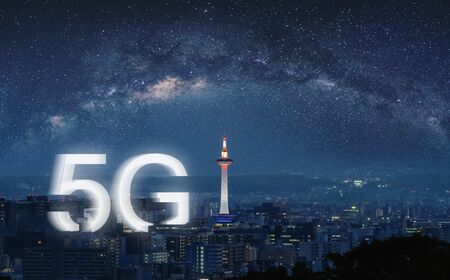 Photo pour 5G wireless internet technology in the city, Kyoto city at night - image libre de droit