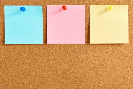Photo pour Cork board with pinned colored blank notes - image libre de droit