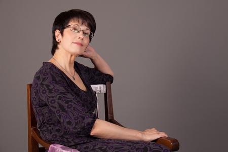Foto de Elegant middle aged woman posing in studio - Imagen libre de derechos