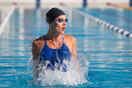 Photo pour professional swimmer, water splashing, goggles and swimming cap - image libre de droit