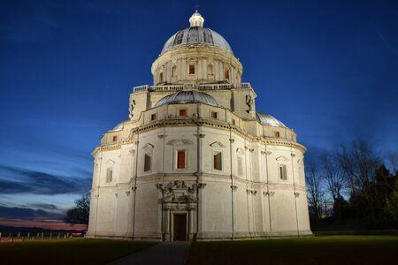 Foto per vista del tempio della Consolazione a Todi, Umbria  Italia   - Immagine Royalty Free