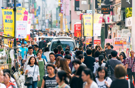Photo pour SEOUL - SEPT 24: People at Myeongdong street in Seoul on September 24.2016 in South Korea - image libre de droit