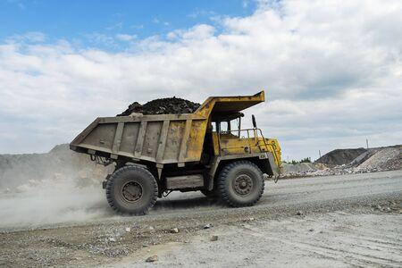 Photo pour PERVOURALSK, RUSSIA - JUNE 06, 2017: BelAZ truck transports ore on a dirt road - image libre de droit