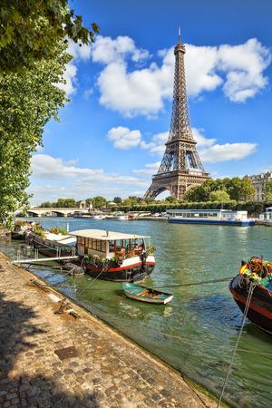 Foto de The Eiffel tower from the river Seine in Paris, France - Imagen libre de derechos