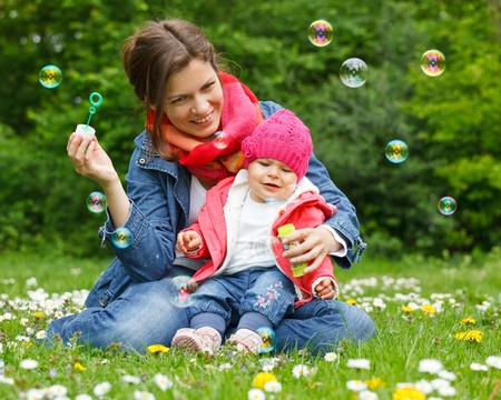 Photo pour Mother with baby in the park - image libre de droit