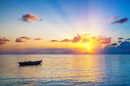 Photo pour Colorful sunrise over ocean on Maldives - image libre de droit