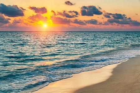 Photo pour Colorful sunset over ocean on Maldives - image libre de droit